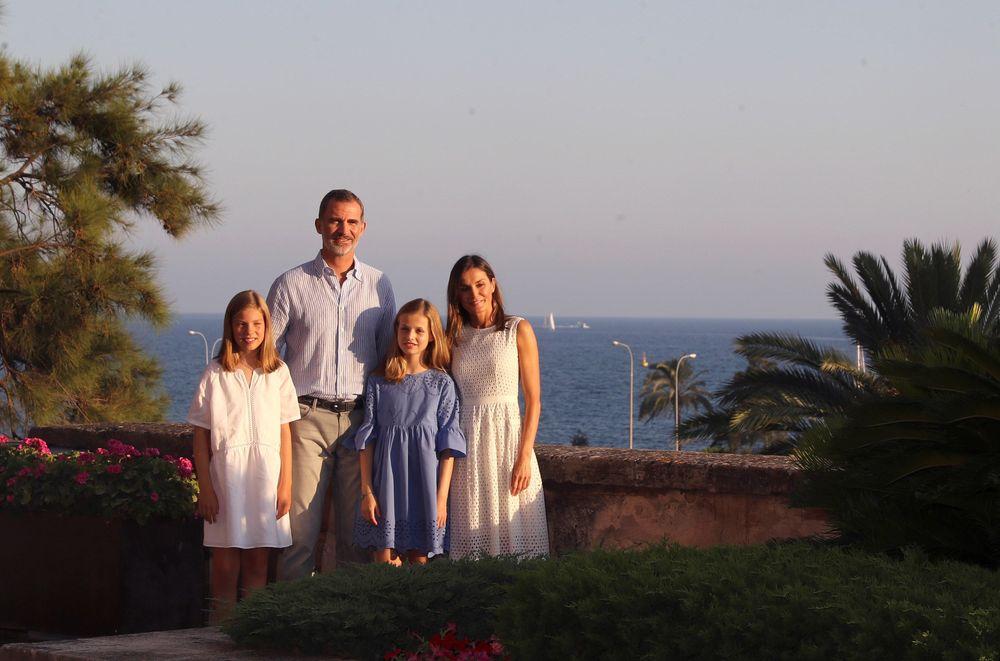 Los reyes de España y sus hijas, la princesa Leonor (segunda a la derecha) y la infanta Sofía, posan ante las cámaras al comienzo de sus vacaciones en Palma de Mallorca, aunque esta vez no lo hicieron en el Palacio de Marivent, sino en el de la Almudaina. (Foto: EFE)