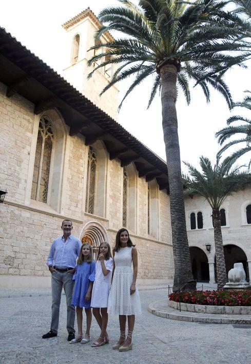 Felipe y Letizia junto a sus hijas. (Foto: EFE)