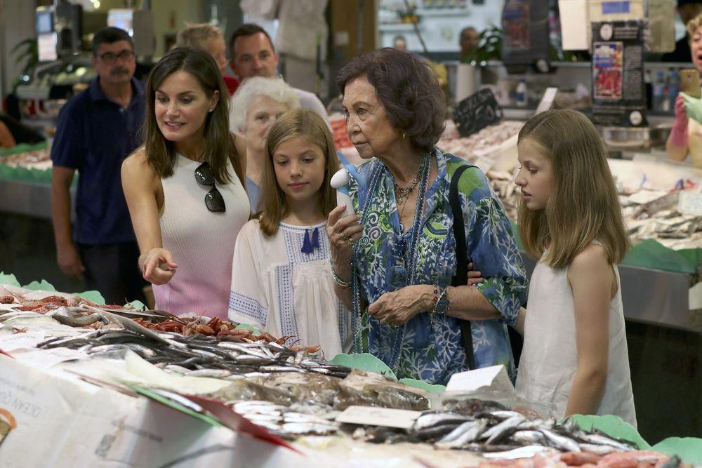 La reina Letizia, la infanta Sofía, la reina Sofía y la princesa Leonor observan los pescados. (EFE)
