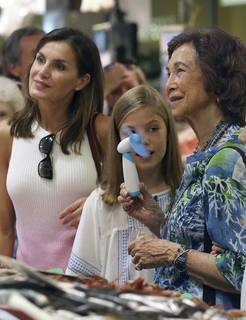 Doña Sofía sostiene un ventilador portátil en la mano. (EFE)