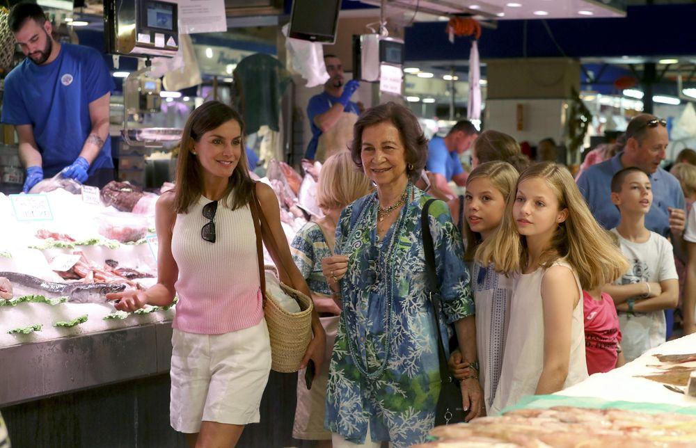 Las cuatro caminan por el mercado vestidas con ropa informal. (EFE)