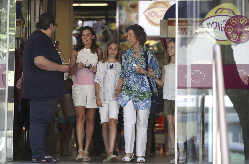 La familia real de España durante su visita al Mercado del Olivar de Palma de Mallorca, ciudad donde pasan sus vacaciones de verano. (EFE)
