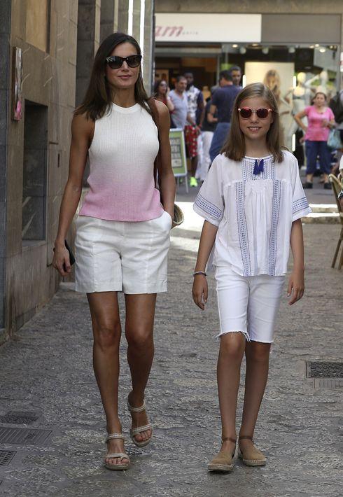 La reina Letizia, junto a la princesa Leonor, pasean por la calle San Miguel en Palma de Mallorca. (EFE)