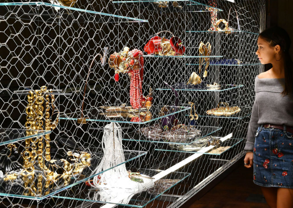 En las piezas se puede notar el gusto de Ferre por materiales como cadenas, piedras, corales cuero y metales. (Foto: AP)
