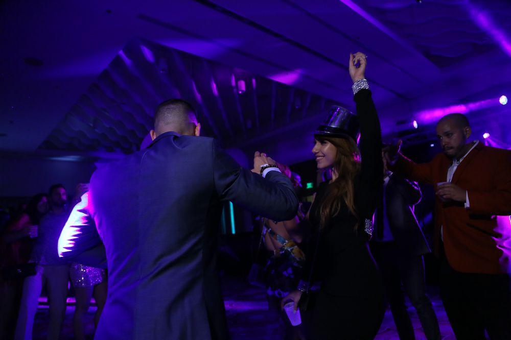 """La fiesta """"Illusions"""" contó con la asistencia de aproximadamente tres mil personas, que se dieron cita para una noche inolvidable. En los salones, la música fue variada con artistas como Ale Croatto, DJ LM, DJ Víctor Carmona, DJ Kapi, DJ Vanrive, DJ Warner, y DJ Phred."""