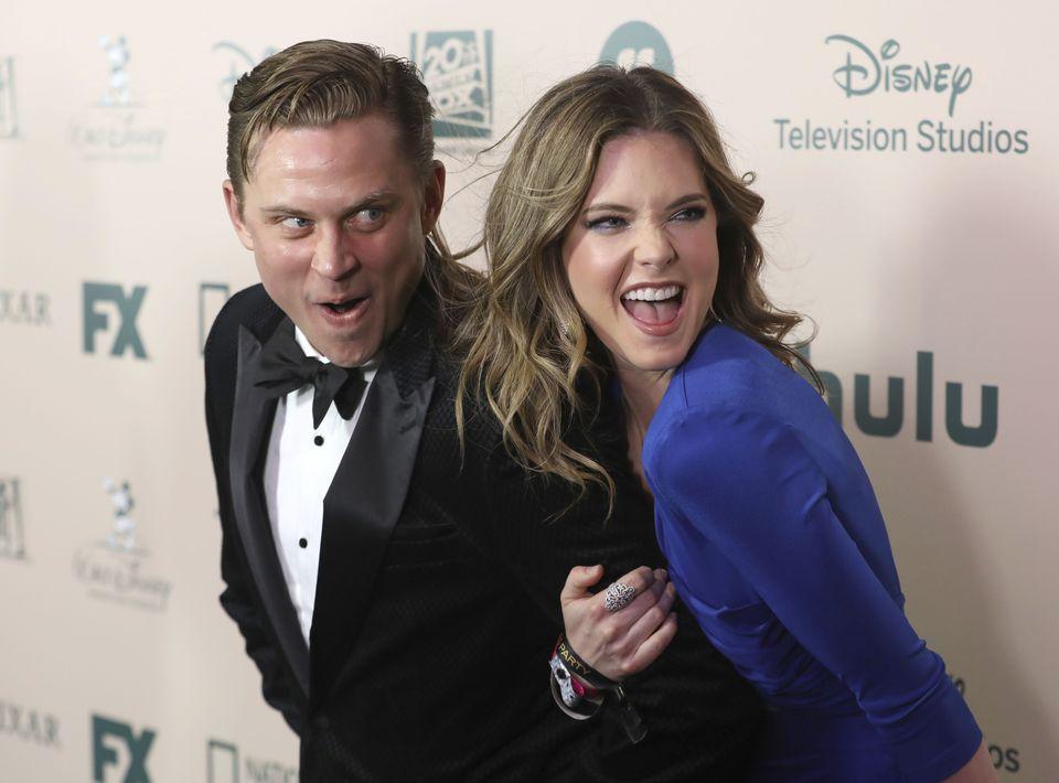 Billy Magnussen y Meghann Fahy en el agasajo ofrecido por FX y Disney. (Mark Von Holden/Invision/AP)
