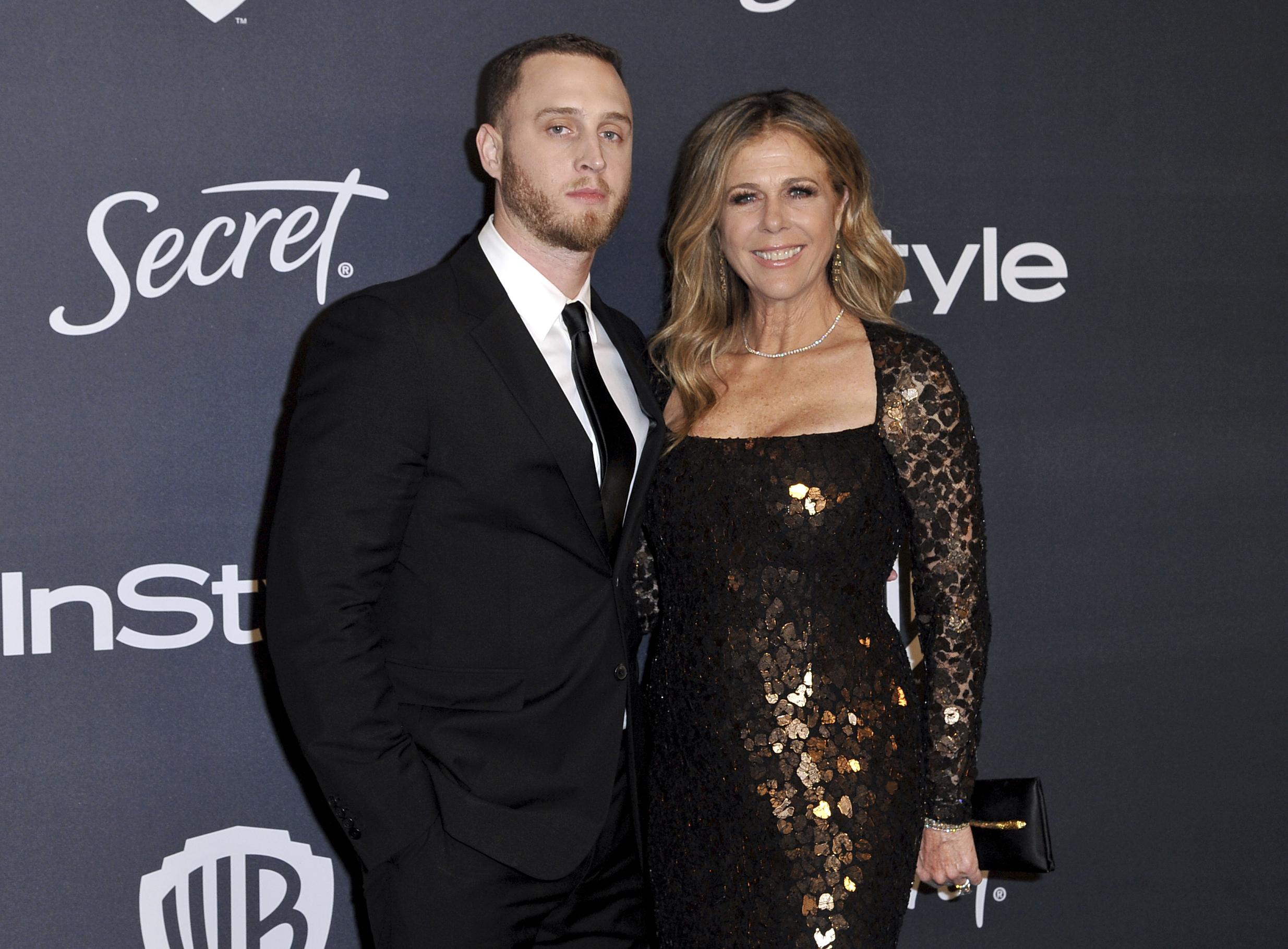 Chet Hanks y su madre Rita Wilson, en la fiesta de  InStyle and Warner Bros. (Richard Shotwell/Invision/AP)