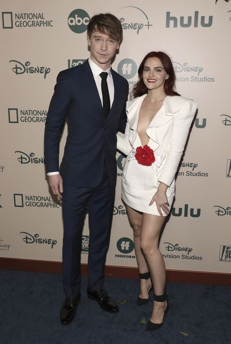 "Calum Worthy y Madeline Brewer a su llegada al ""afterparty"" en el Beverly Hilton Hotel. (Mark Von Holden/Invision/AP)"