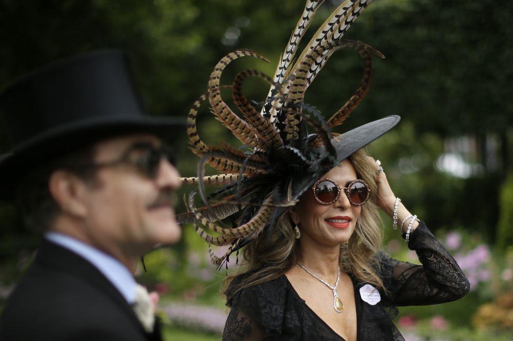 Invitada lleva un sombrero extravagante, utilizando plumas para crear un diseño original. (Foto: AP)