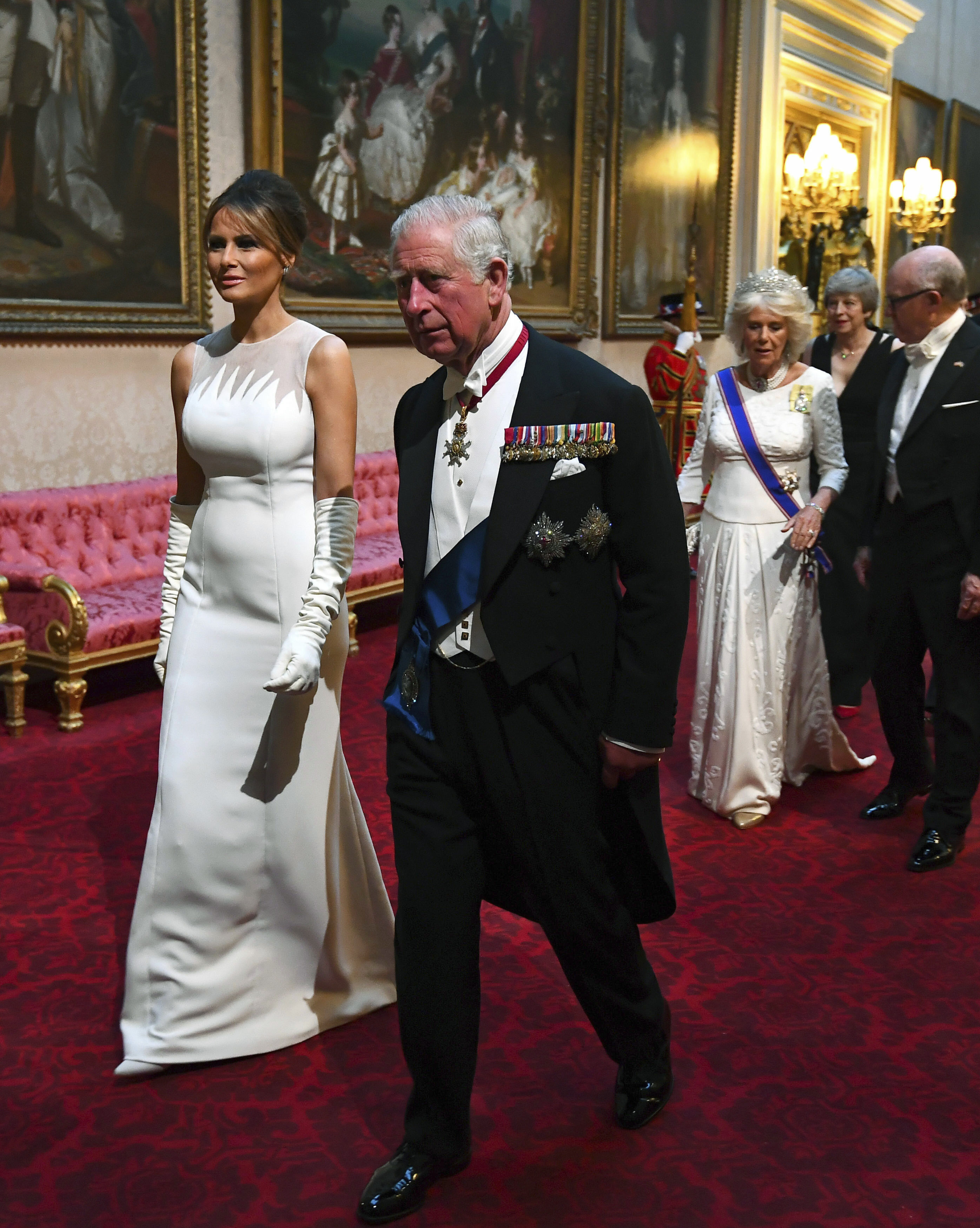 Melania usó un vestido firmado por Dior Haur Couture con escote de transparencias asimétricas. (AP)