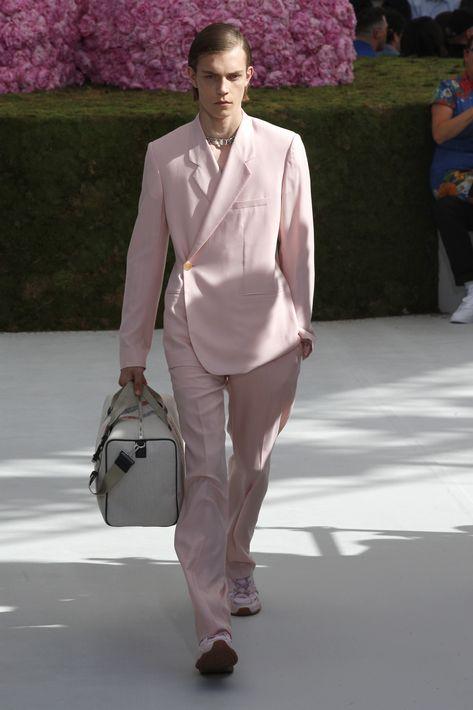 """El británico incluyó nuevas piezas para el fondo de armario de Dior, como la chaqueta """"Tailleur Oblique"""", en referencia a un modelo de la colección invernal de 1950, caracterizada por un cierre en diagonal, y que además lució en un vibrante amarillo la modelo Bella Hadid, una de las invitadas. (EFE)"""