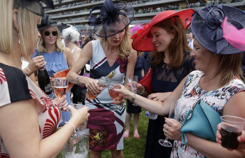 Un grupo de espectadoras llevan sus sombreros de maneras, colores, y estilos distintos. (Foto: AP)