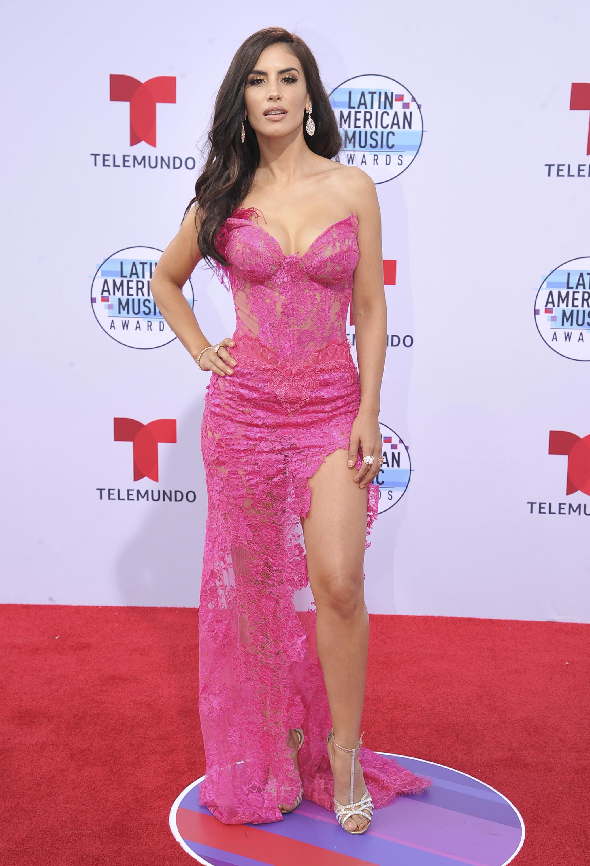 La presentadora de origen colombiano, Jéssica Cediel, se decantó por un vestido rosa de encaje. (AP)