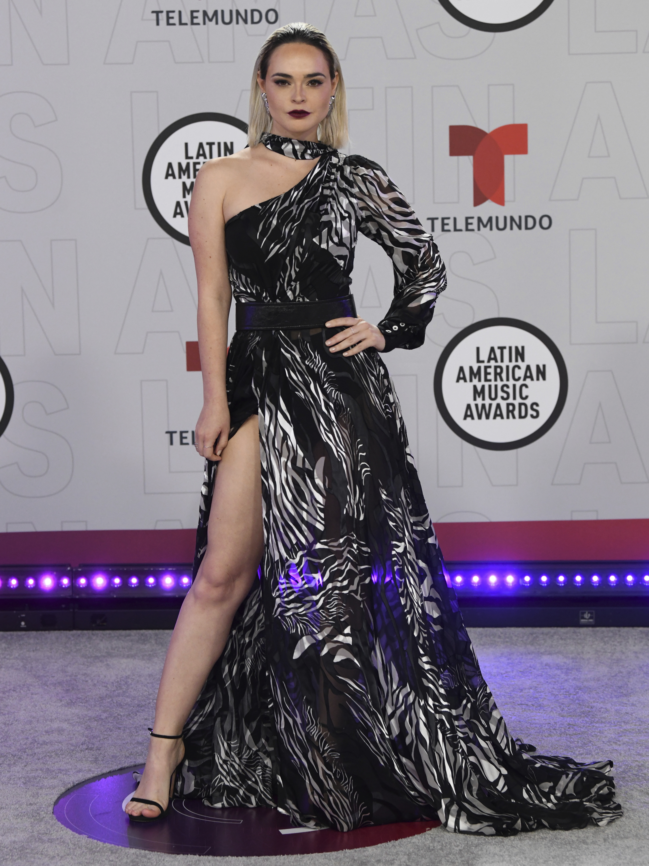 Fabiola Guajardo, una de las presentadora de la noche, vistió del diseñador Alfredo Martínez. (AP)