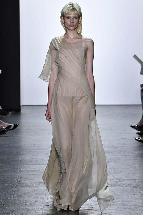 El diseñador Naldo Montañez señala que esta temporada, este trabajo realizado en la tela destaca de manera imponente la silueta femenina.