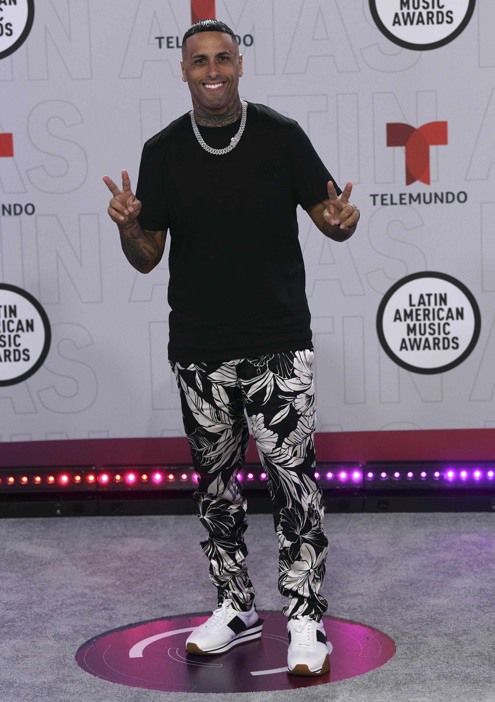 """Nicky Jam admitió sentirse """"raro"""" durante su entrevista en la alfombra roja porque era la primera vez en """"3 o 4 años"""" que no se afeitaba su barba. (AP)"""