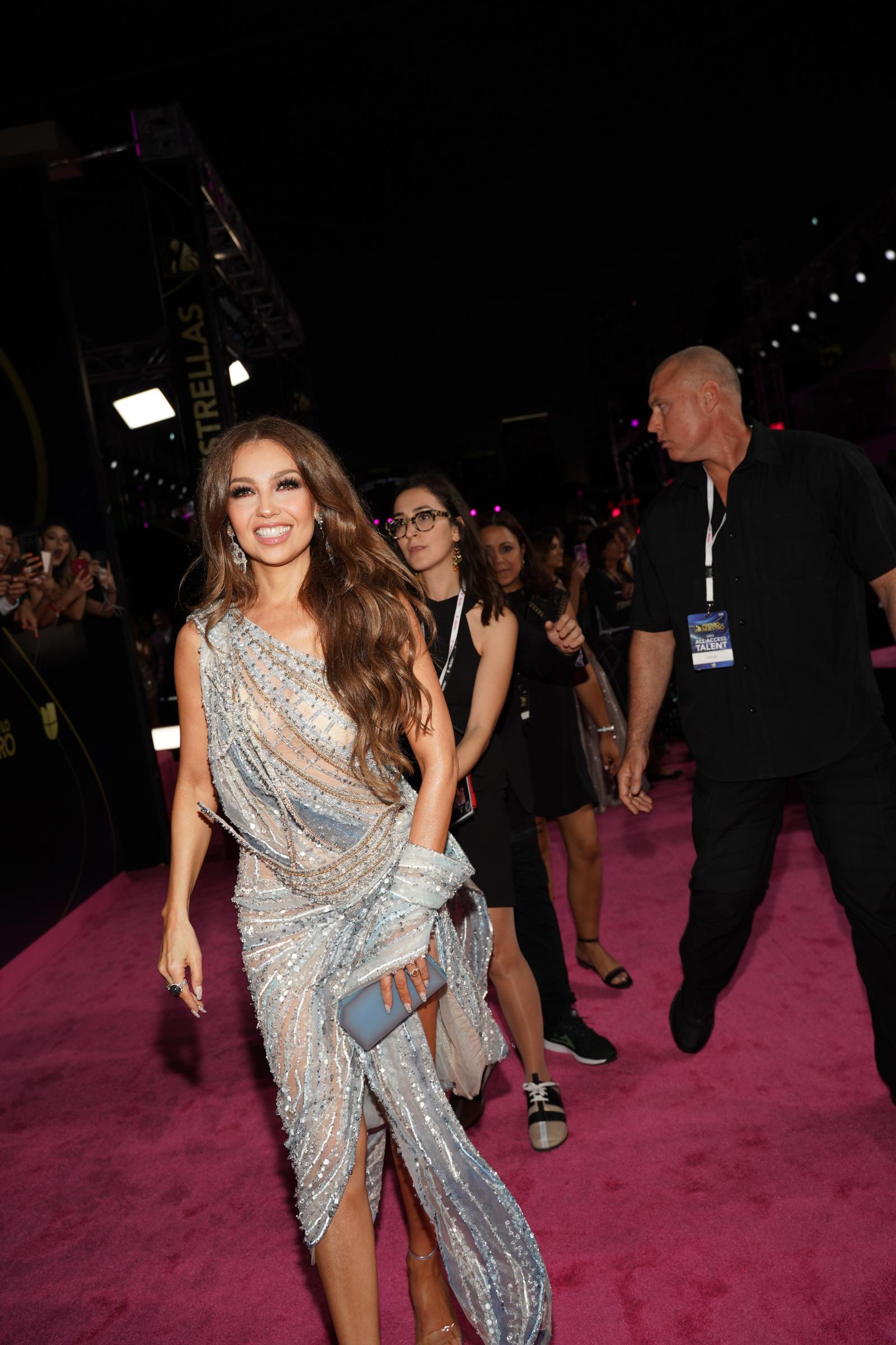 El primer atuendo de Thalía, una de las presentadoras de la noche, fue un revelador vestido de corte asimétrico bordado en pedrería. (Suministradas)