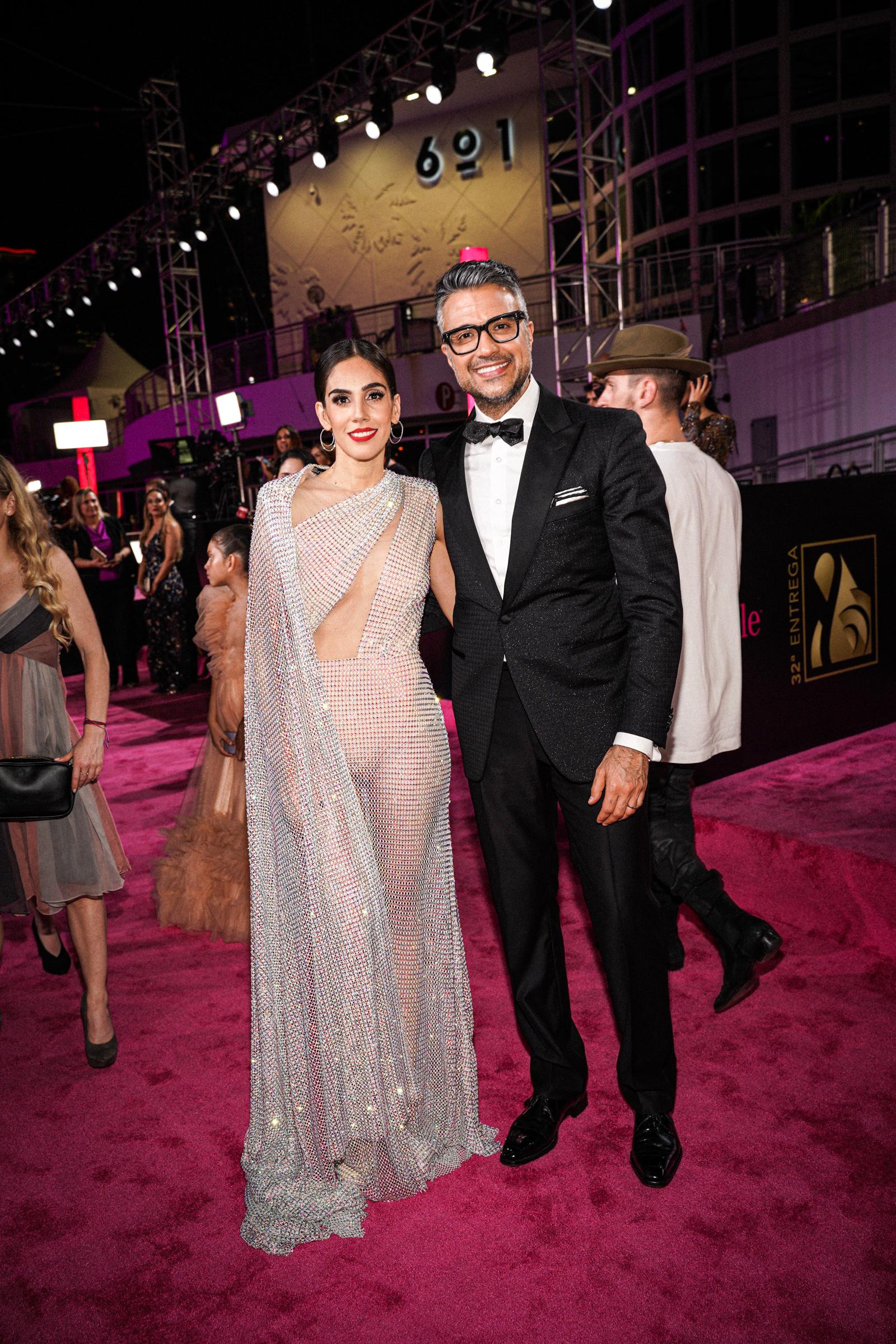 Sandra Echevarría y Jaime Camil desfilaron juntos por la alfombra. Ella luciendo un revelador vestido de la diseñadora dominicana Giannina Azar y él con una elegante etiqueta de lazo. (Suministradas)