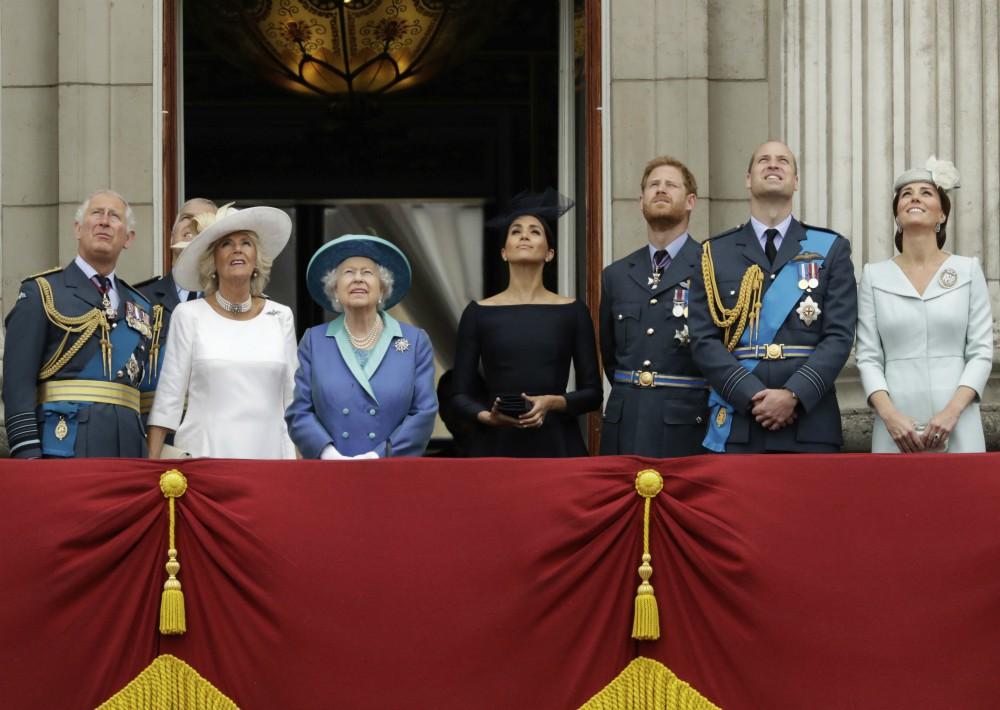 El príncipe Charles; Camilla, la duquesa de Cornualles; la reina Elizabeth II; Meghan, la duquesa de Sussex; el príncipe Harry; el príncipe William y su esposa Kate, la duquesa de Cambridge, mientras miran los aviones de la Royal Air Force volar sobre el Buckingham Palace en Londres. (Foto: AP)