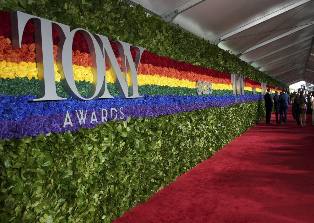 Como en ediciones recientes, una gran instalación de rosas dio la bienvenida a los participantes en la gran fiesta anual de Broadway. (AP)
