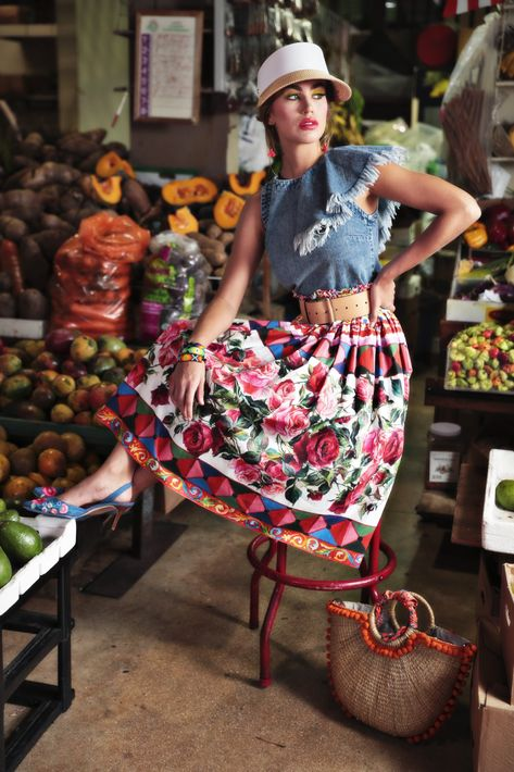 Visera y cartera, de Nordstrom; aretes, de Teko; blusa, de Zara; falda y calzado de Saks Fifth Avenue.