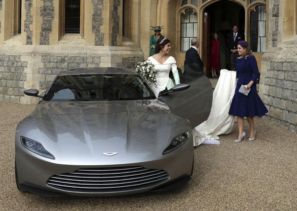 La reina organizó un almuerzo de champán para los invitados justo después de la ceremonia, con una segunda recepción programada para la noche. (AP)