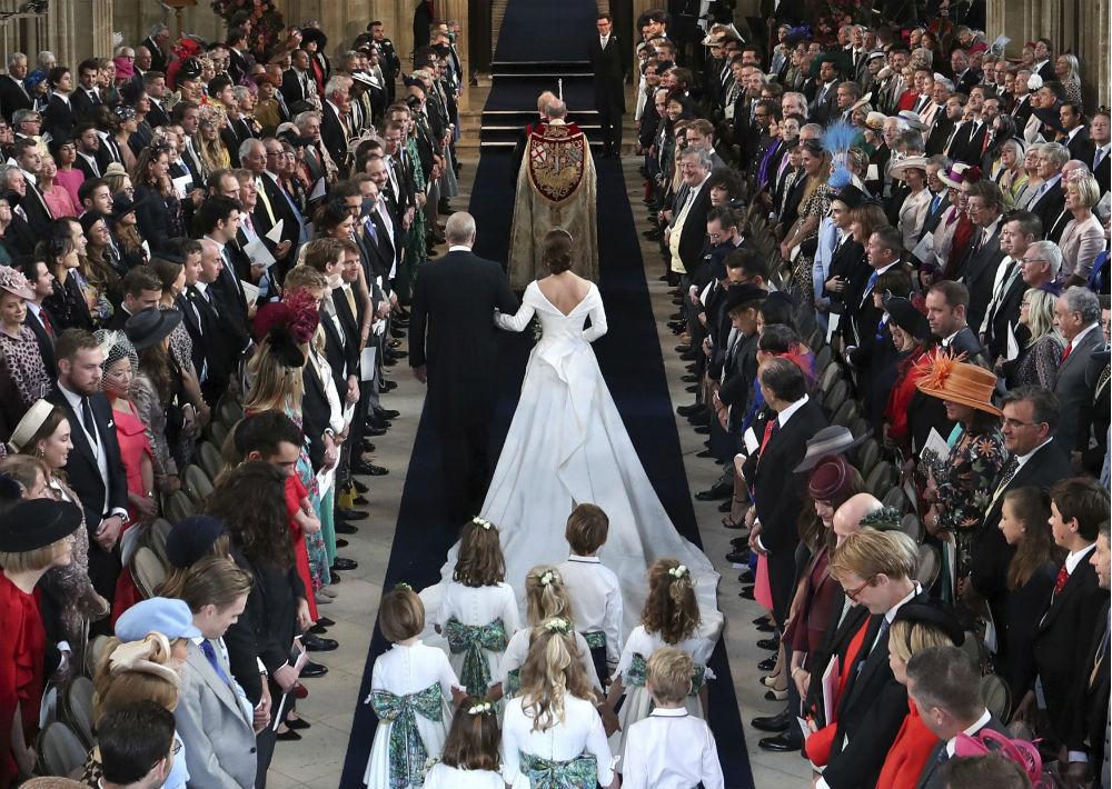 La pareja invitó a 1,200 miembros del público a entrar en los terrenos del castillo para ver de cerca los procedimientos. También había multitudes de simpatizantes en las calles fuera del imponente castillo, el lugar donde se casó Harry con Meghan Markle en mayo.