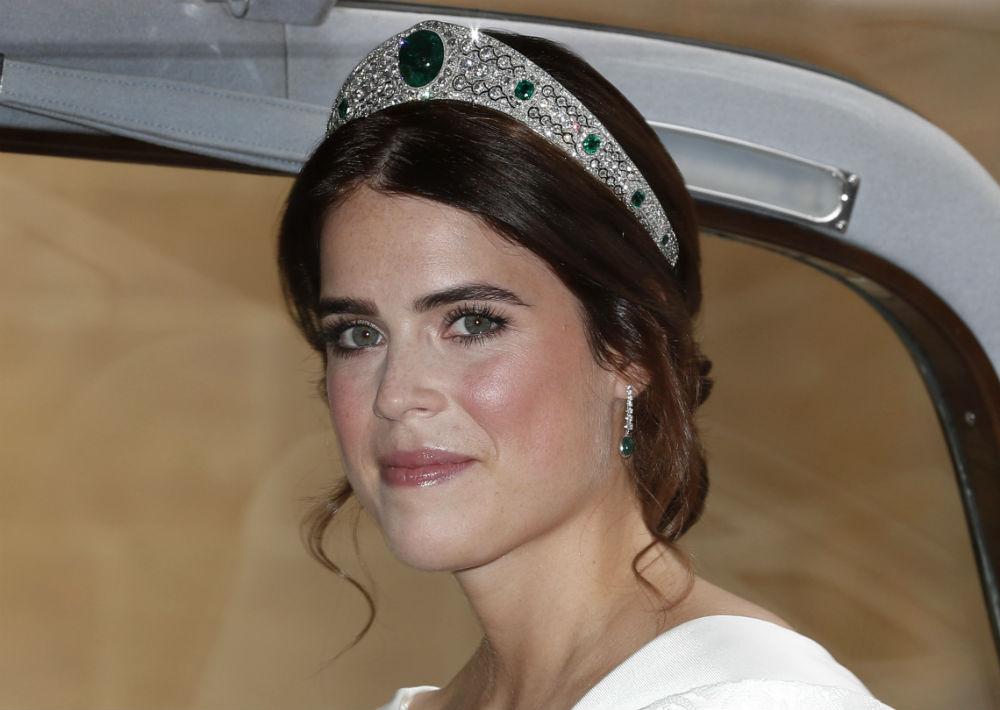 La novia, de 28 años de edad, accesorizó su vestido con una tiara de diamante y esmeraldas que la reina le prestó. (AP)