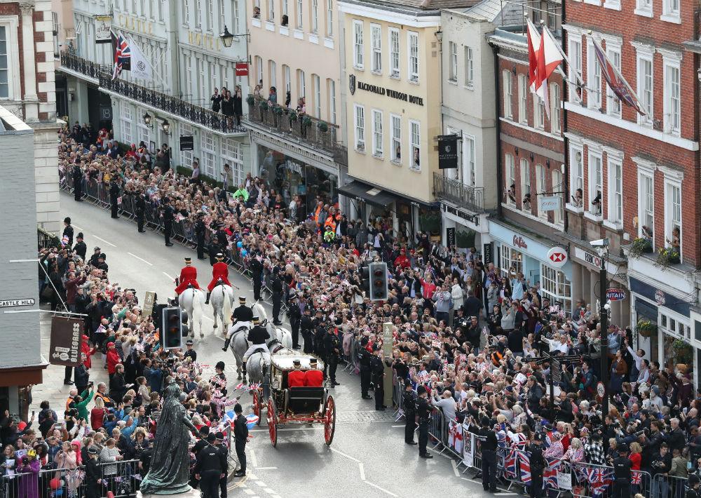 Los recién casados se embarcaron en un carruaje tirado por caballos a través de Windsor. (AP)