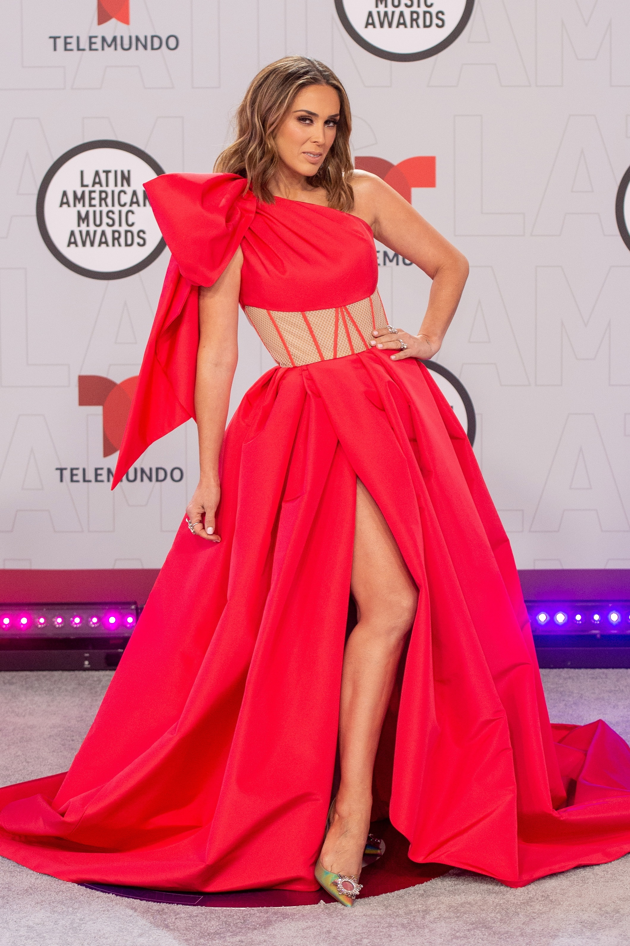 La actriz mexicana, Jacqueline Bracamontes, fue la responsable de conducir la gala de los Latin American Music Awards 2021 y tuvo varios cambios de vestidos. (AP)
