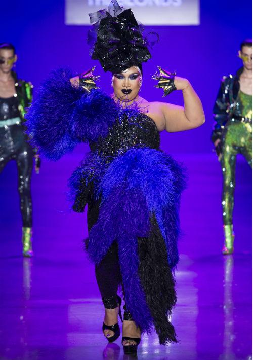 """Para el maquillista y estrella de You Tube, Patrick Starrr, desfilar con un atuendo inspirado en el personaje de """"Ursula"""" es un sueño. (WGSN)."""