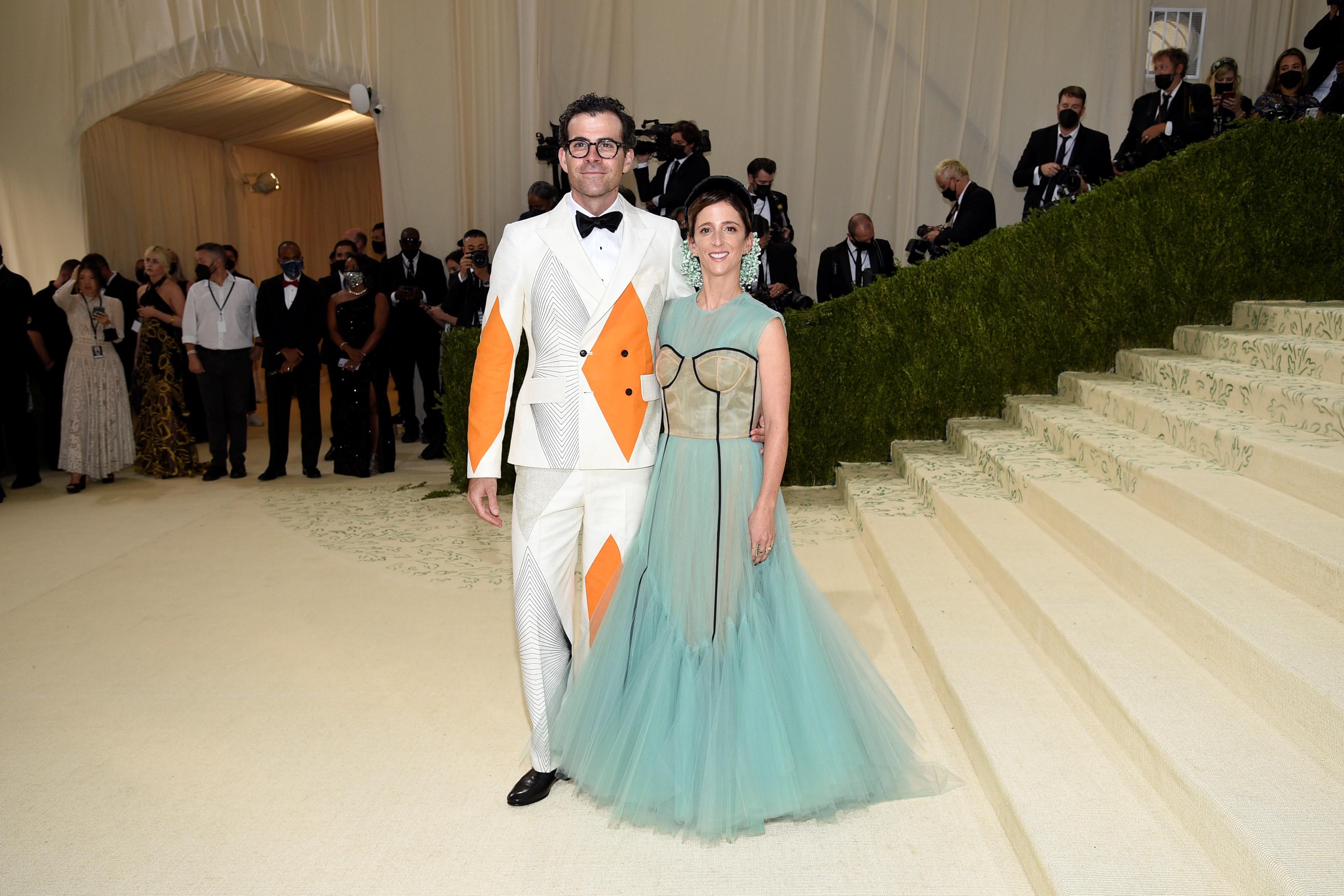 El director de Instagram, Adam Mosseri, acompañado de su esposa Monica Mosse. (AP)