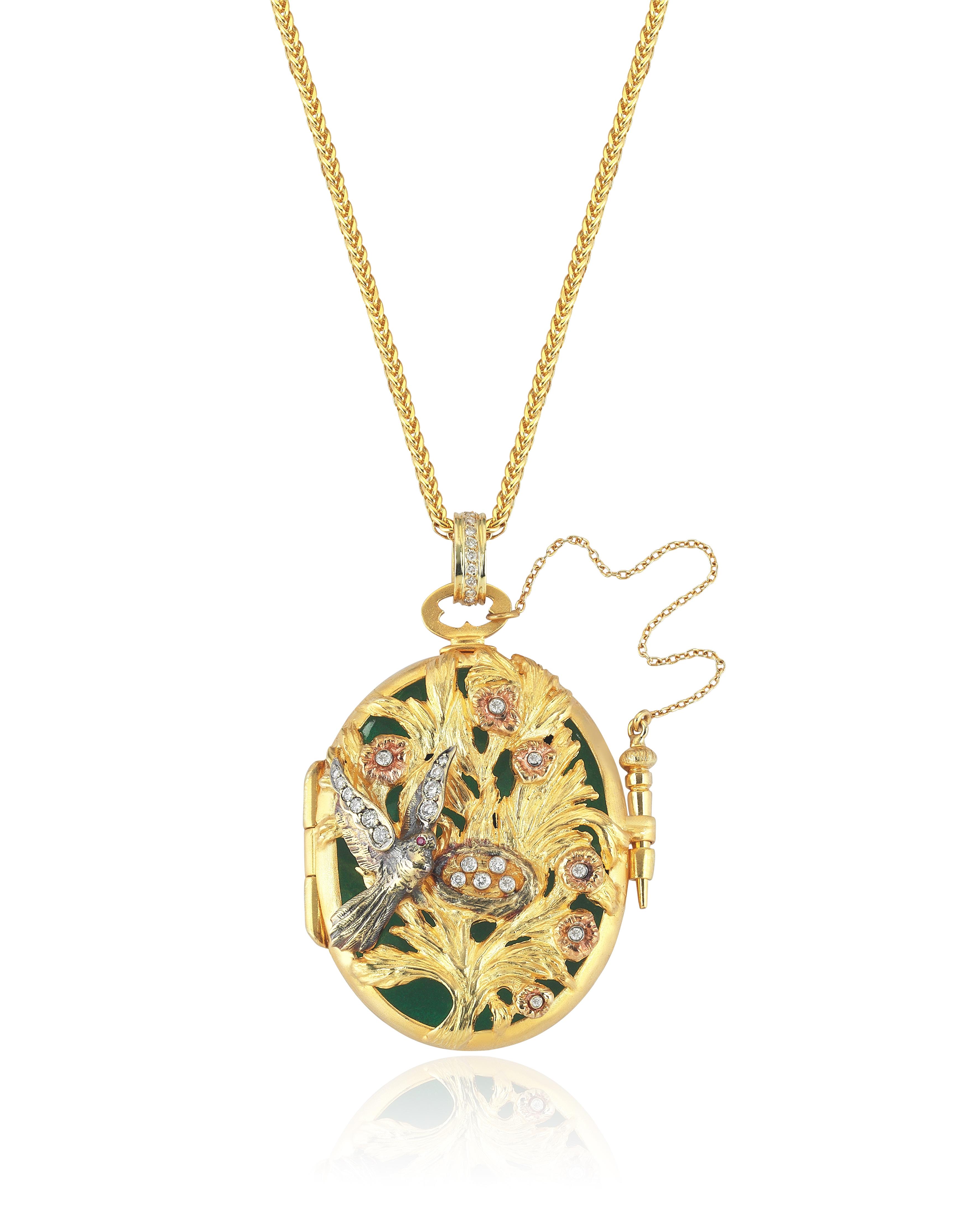 Con una pieza de joyería siempre vas a la segura. Esta cadena con dije de Aida Bergsen en oro amarillo de 18 kilates, diamantes y rubíes está disponible en Reinhold Jewelers y reinholdjewelers.com. (Suministrada)