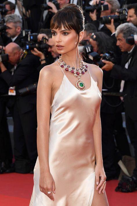 Emily Ratajkowski lució dos icónicos collares de alta joyería ingeniosamente combinando lo moderno con lo vintage, emparejados con anillos de Musa y Serpenti. (AP)