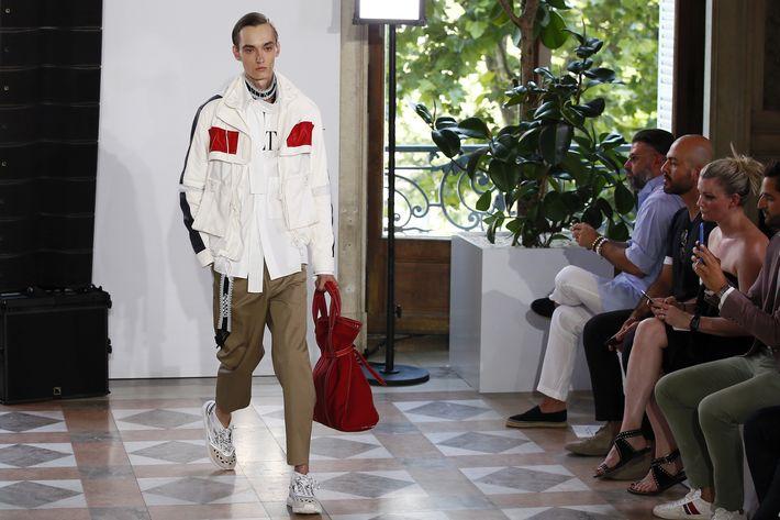 Camisas blancas combinadas con pantalones khaki formaron parte de su propuesta para primavera / verano 2018.