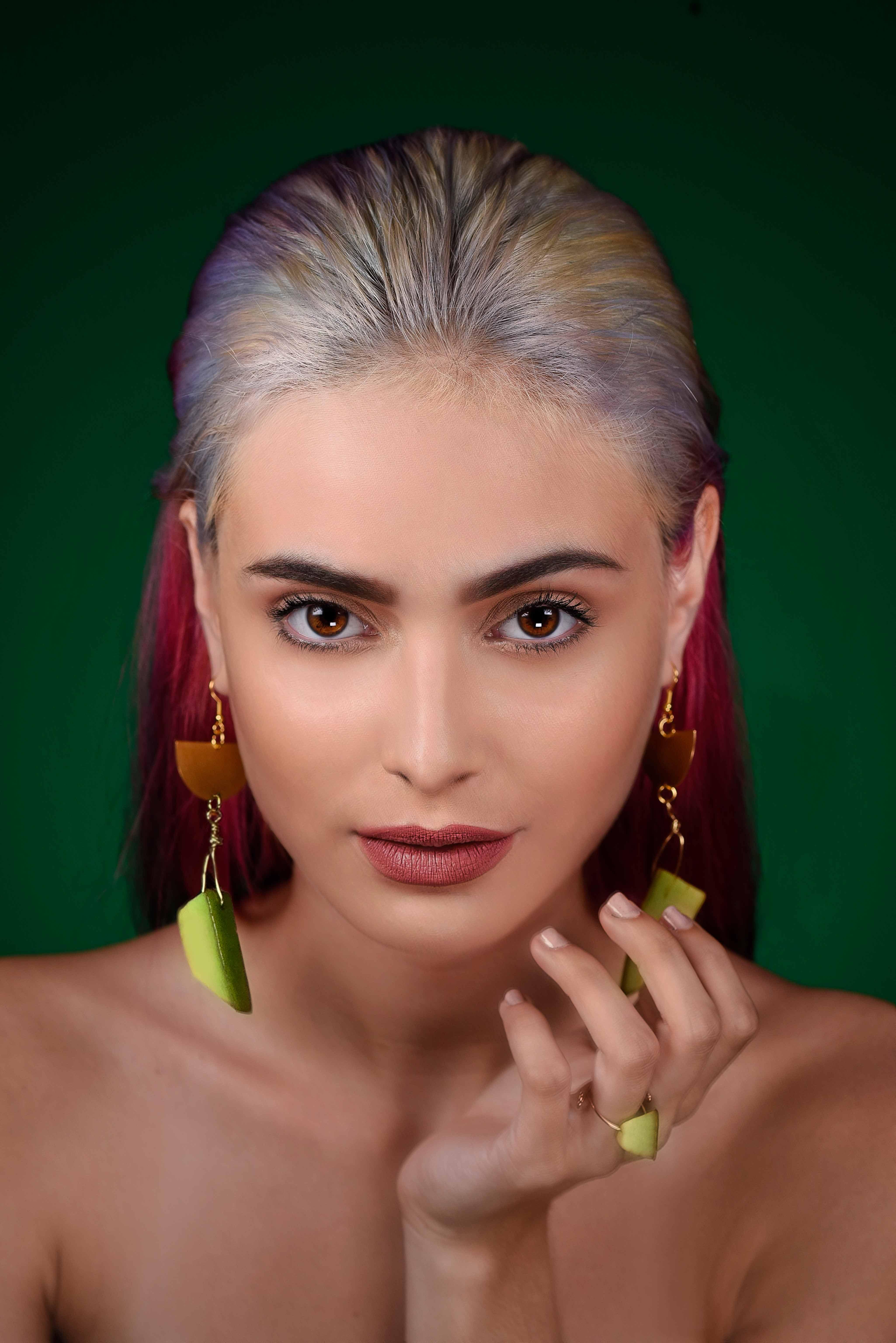 La modelo puertorriqueña Valeria Rivera, de Krone Models, posa con las pantallas y el anillo hechos de aguacate. (Foto: Angel L. García)