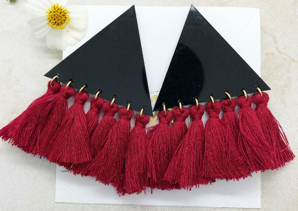 Pantallas en triángulos con flecos rojos, de Agujalocal.com (Foto: Captura)