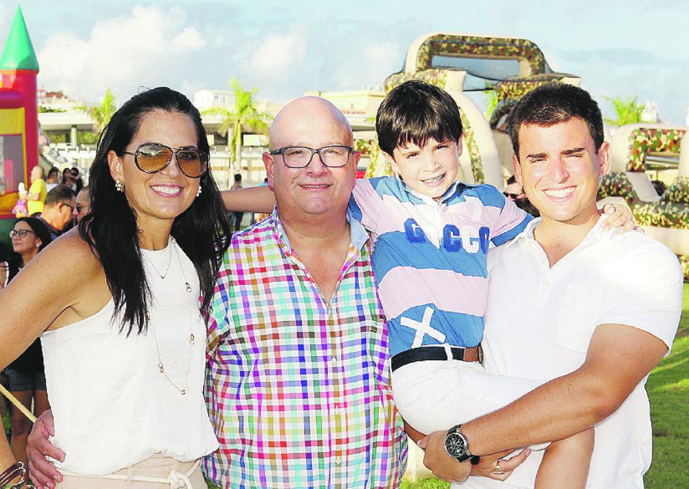 María Esteve y Carlos López Lay junto a sus hijos Carlos Gerónimo y José Carlos. (Foto: José Rafael Pérez Centeno)