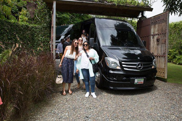 Llegada a Villa Los Sueños en autobuses mercedes Benz de First Class.