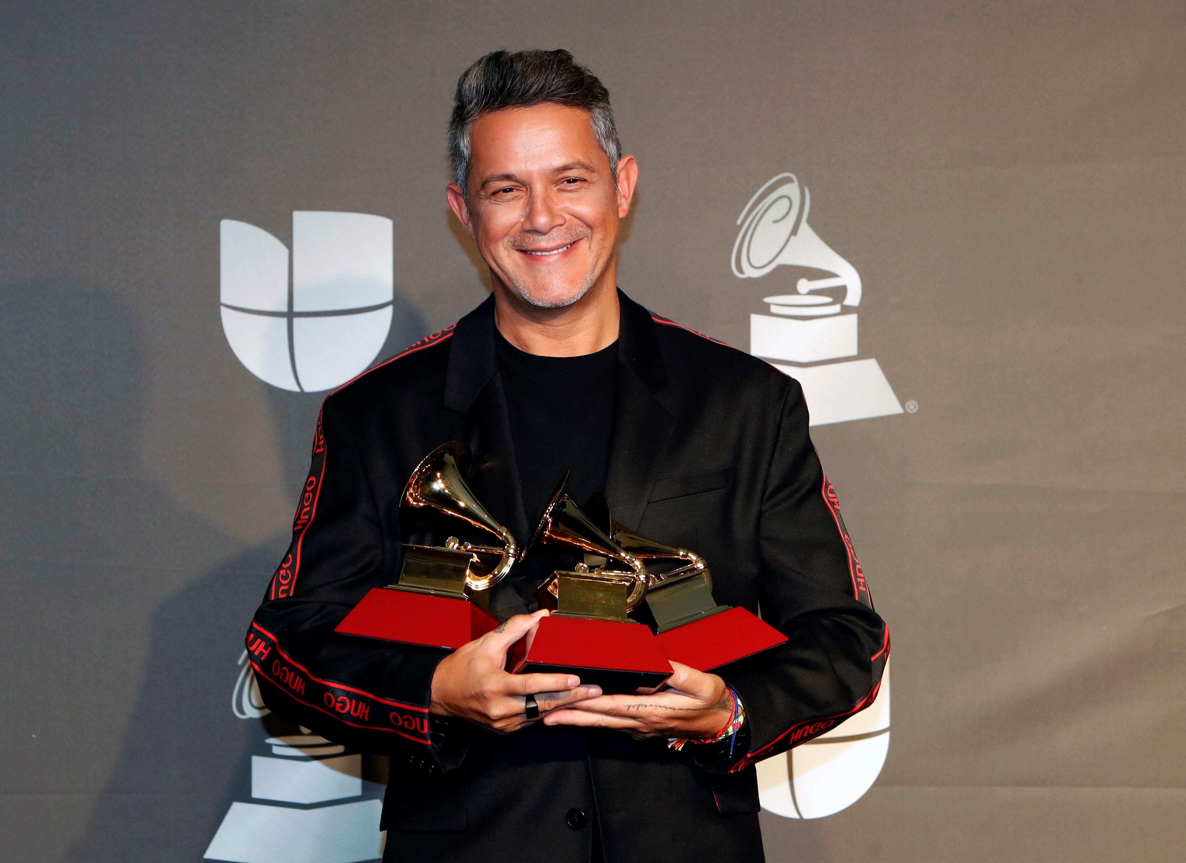 El cantante español, Alejandro Sanz, luce con orgullo sus canas. (Archivo)