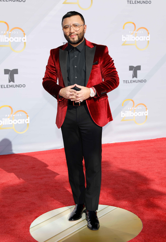 EL DJ, locutor y productor de música latina, Alex Sensation, eligió un llamativo saco en color rojo vino para desfilar por la alfombra roja de los Billboards. (Foto:AP)