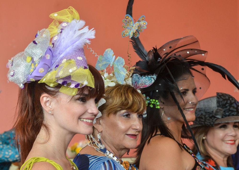 Desfile de sombreros y almuerzo del Club Cívico de Damas de Puerto Rico, dedicado a las sobrevivientes de cáncer, bajo el tema Metamorfosis, en el hotel Sheraton Convention Center. En la foto, detalle de sombreros y tocados. Foto Enid M. Salgado Mercado.