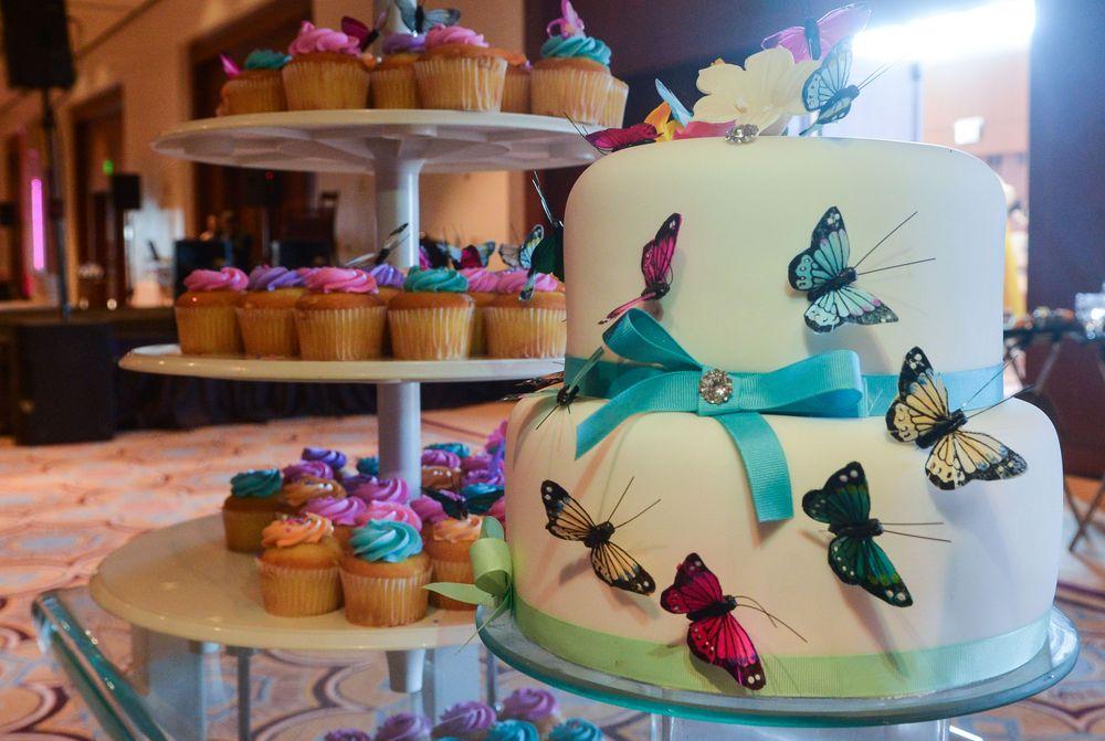 Detalle de un bizcocho temático y cupcakes. Foto Enid M. Salgado Mercado.