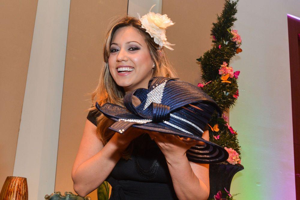 La Primera Dama de Puerto Rico, Beatriz Rosselló, sostiene un sombrero de Carmen Chirino, que le fue obsequiado en el evento. Foto Enid M. Salgado Mercado.