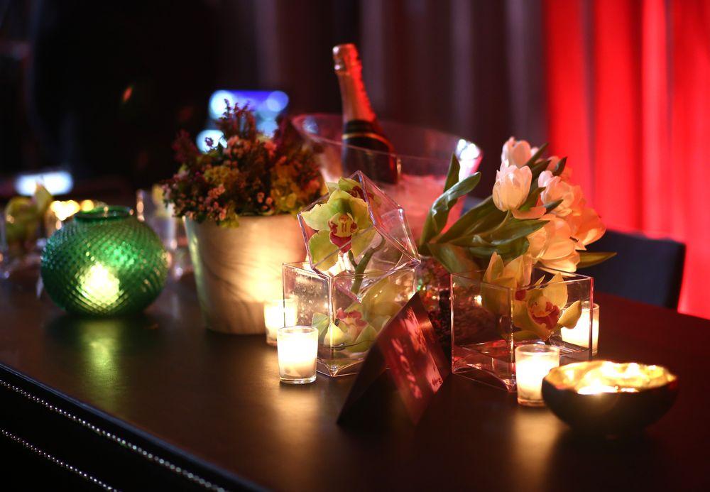 La decoración contó con flores en tonos blancos y verdes que resaltaron la combinación de las bases con estilos art deco para crear piezas conversación sobre cada una de las mesas.  Foto: José R. Pérez Centeno