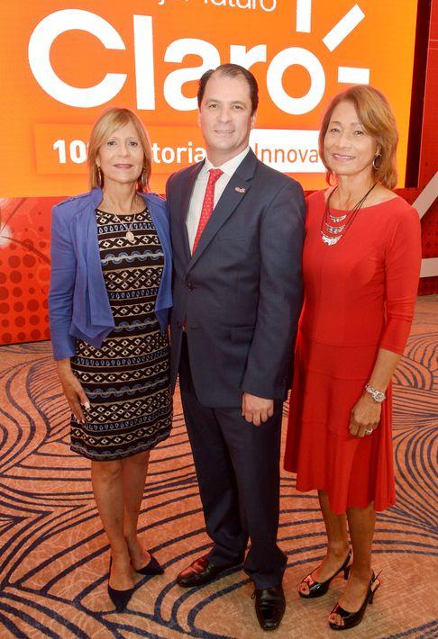 Sandra Torres, Enrique Ortiz de Montellano y Cristina Lambert, en la celebracion del aniversario de Claro en Puerto Rico.