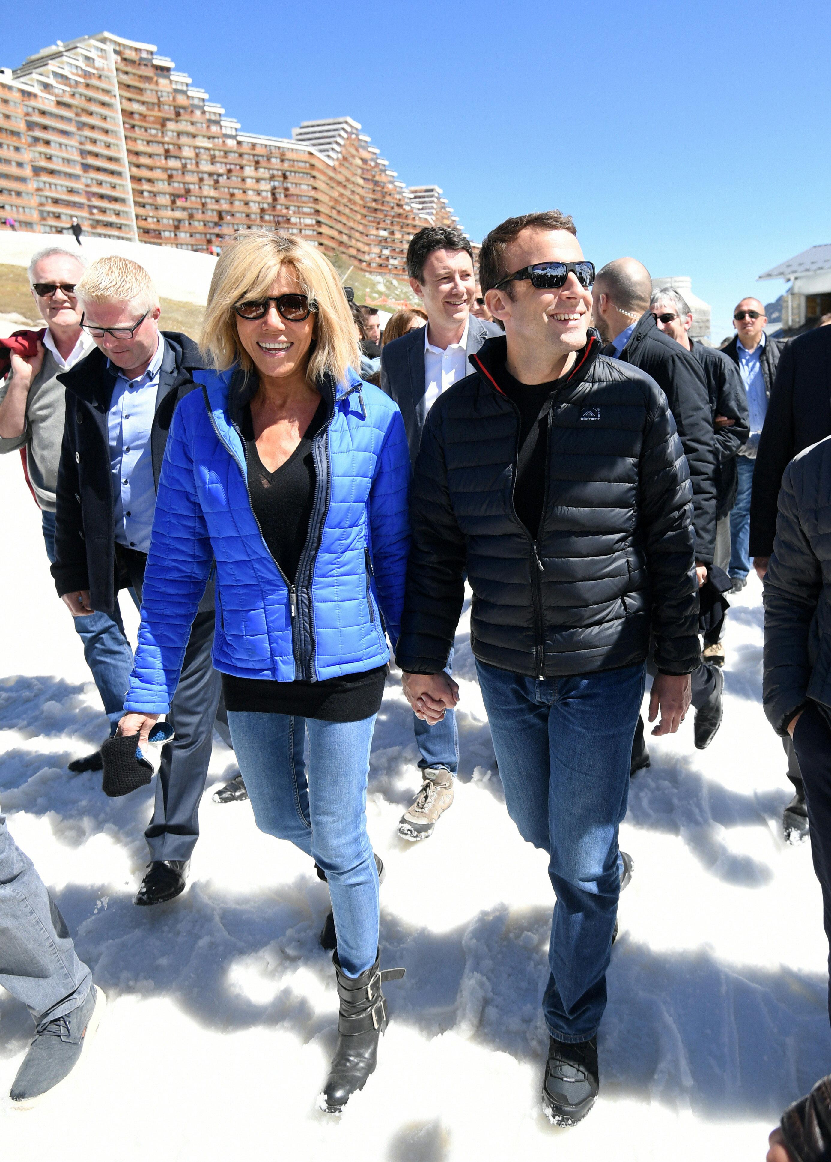 Informales, el presidente de Francia y su esposa, también apuestan por los looks descontracturados. Foto AP.