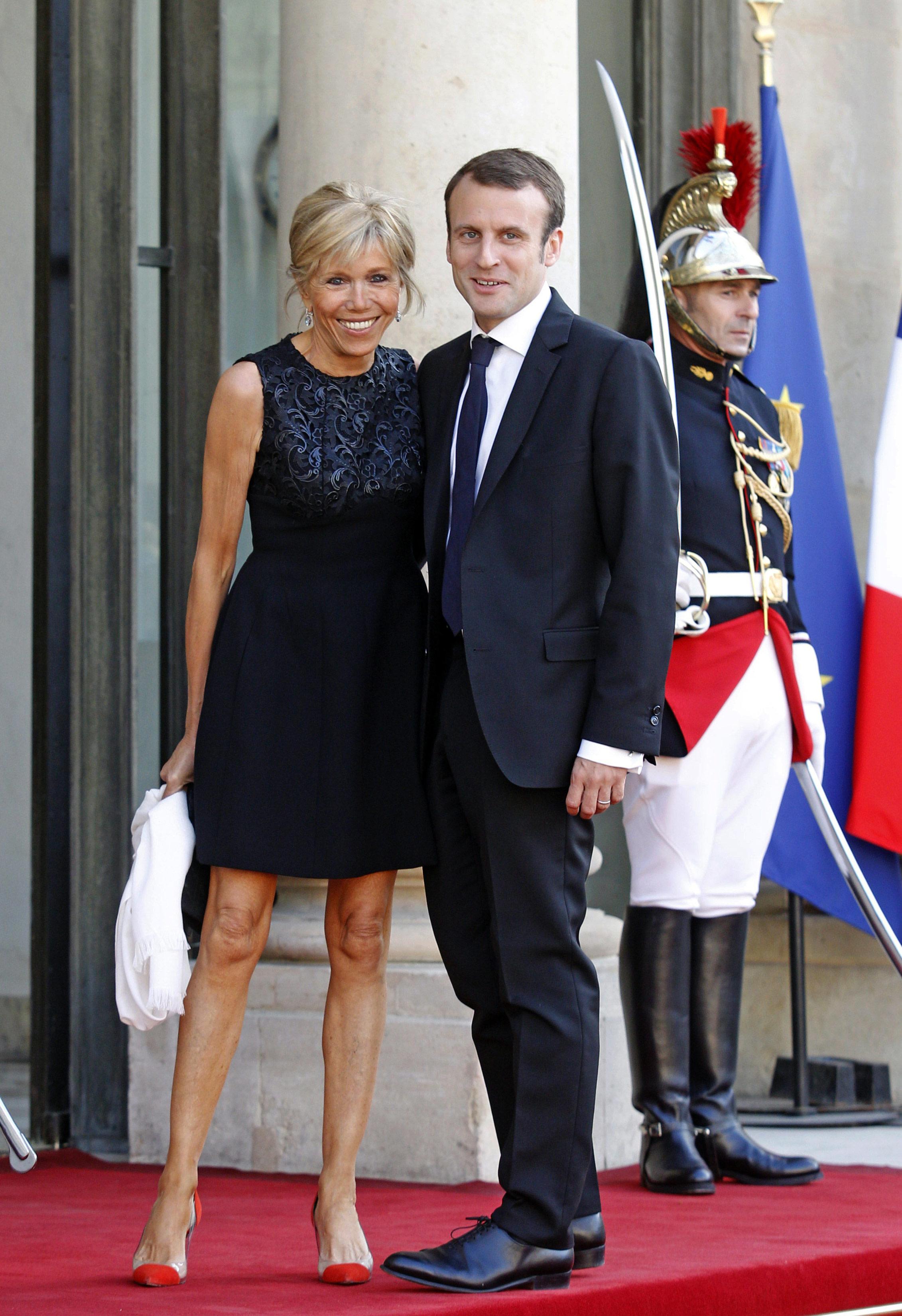 A la primera dama de Francia le gusta usar faldas por encima de la rodilla.  Foto AP.