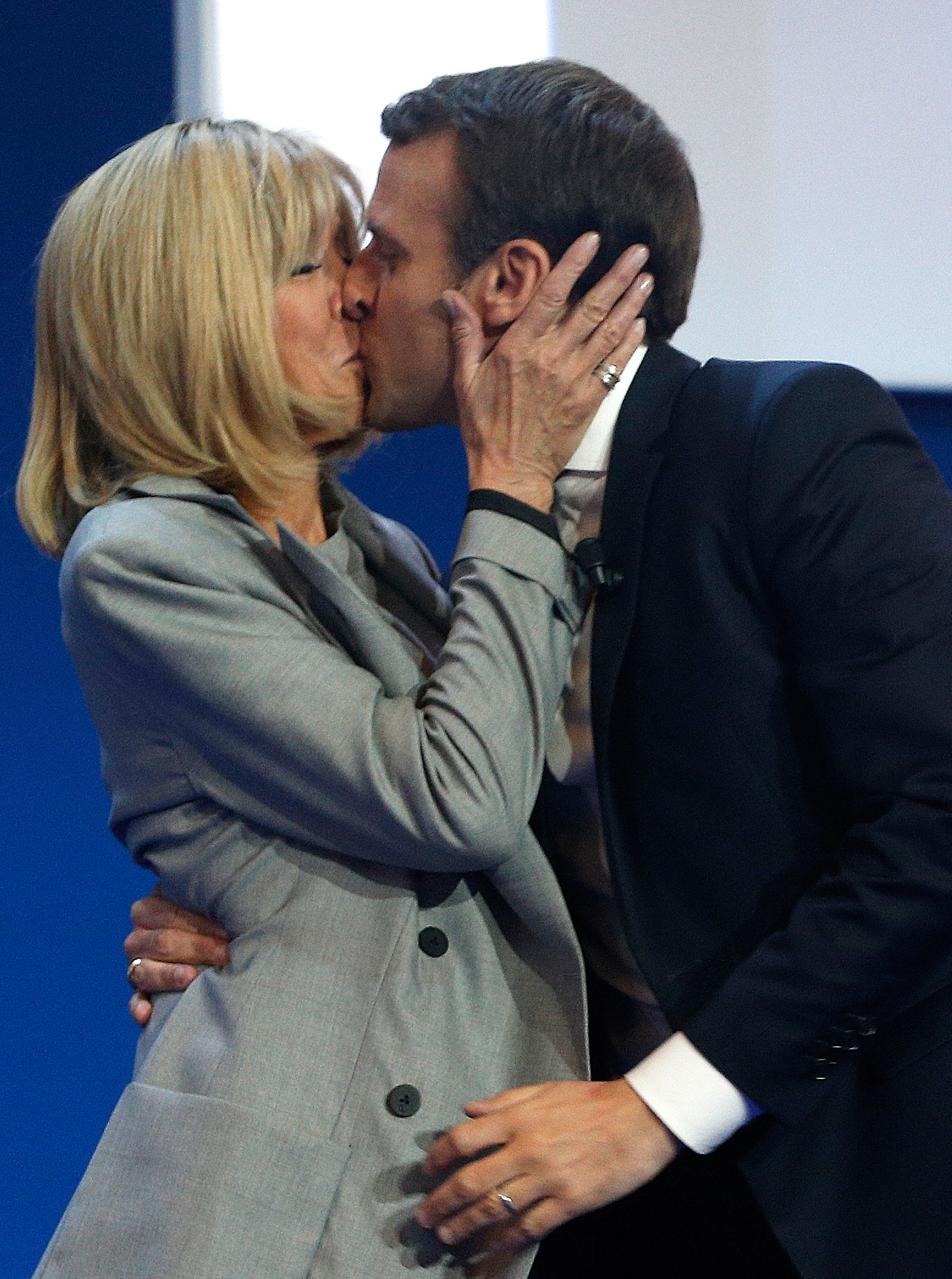 Cariñosos, los Macron se casaron hace 10 años y se conocen hace 24, cuando ella era su profesora de drama y él, un adolescente. Foto AP.