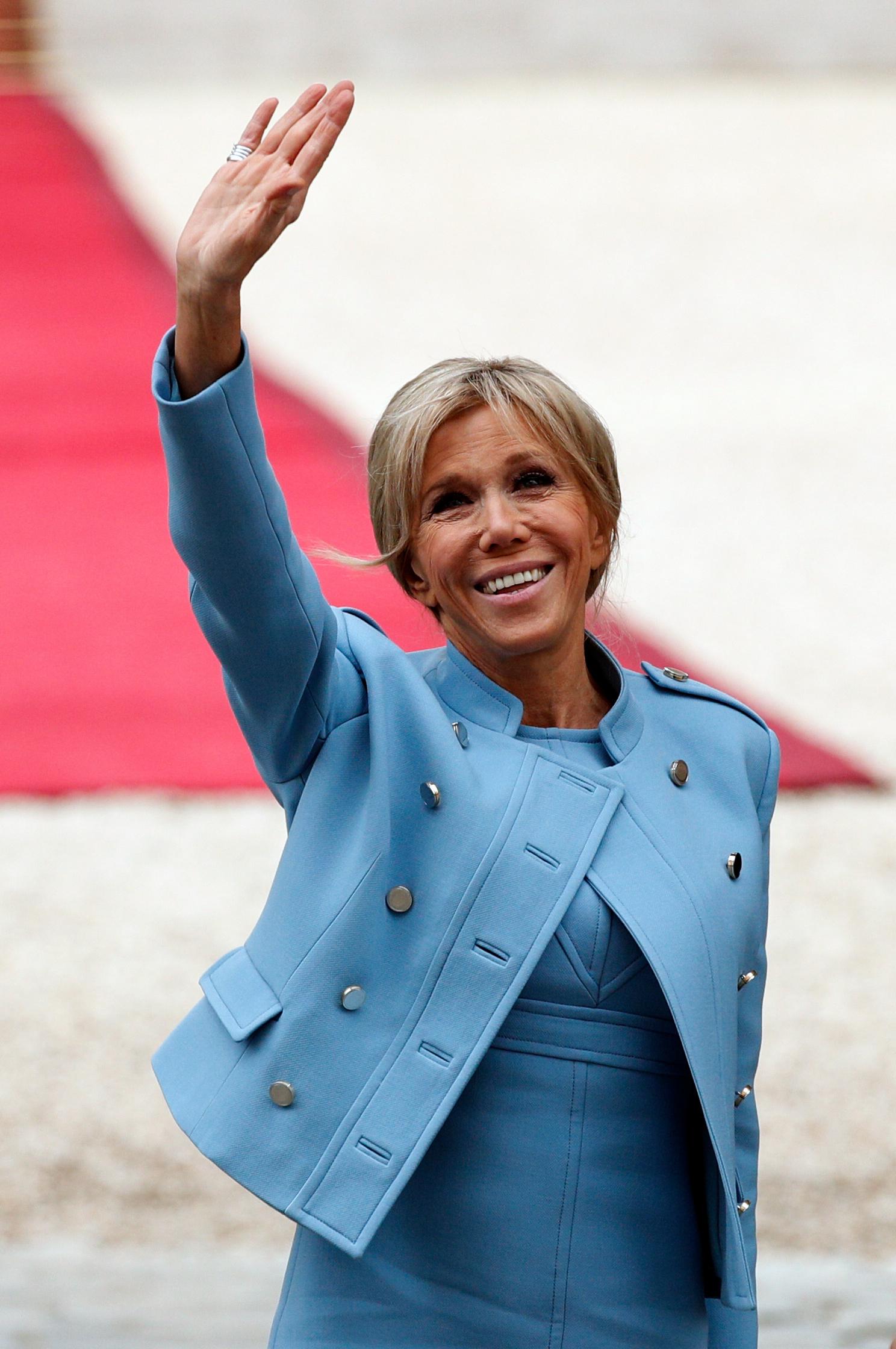 Otra vez el celeste, un color que le sienta muy bien a la primera dama de Francia, Brigitte Macron. Foto AP.